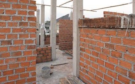 Een architect ontwerpt, calculeert en - op verzoek - begeleidt een deel of de complete bouw.