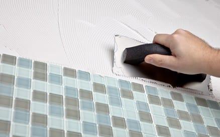 Precisie bij het werken is van groot belang bij het zetten van tegels: de uitstraling van een toilet, badkamer of keuken hangt er van af.