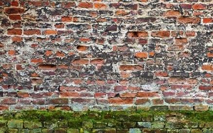 Een kapotte muur verliest zijn vochtwerendheid en isolerend vermogen. Gevelrenovatie is noodzakelijk.