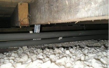 Kruipruimte Isolatie in de vorm van thermische chips zorgt voor een warme deken over de gehele bodem. De koude en natte bodem wordt afgeschermd