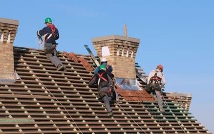 Veiligheidsmaatregelen tijdens aanbrengen nieuwe dakpannen zijn noodzakelijk.