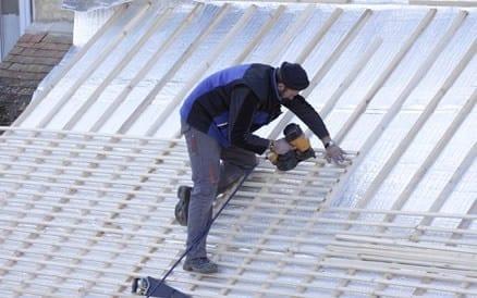 Voorbereidend werk: aanbrengen dakregels t.b.v. dakpannen.