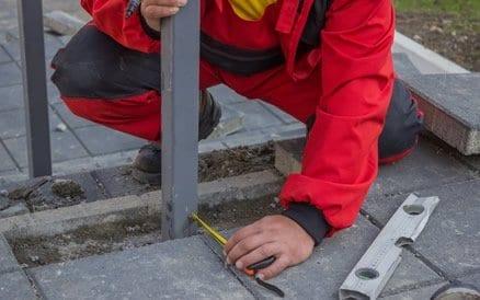 Plaatsen van een spijlenhekwerk is een secuur werk, zeker indien het gaat om grote lengtes.