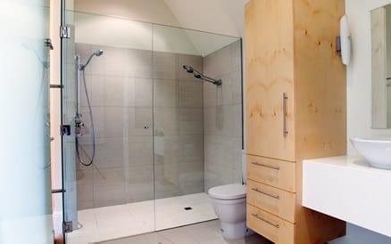 Installatiewerk bestaande uit frees en installatie nieuw leidingwerk, monteren sanitair en tegelwerk ter afwerking door de tegelzetter.