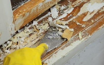 Vooral bij houten kozijnen is regelmatig groot onderhoud noodzakelijk.