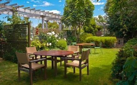 Sfeervolle tuin met veel groen en aparte plekjes.