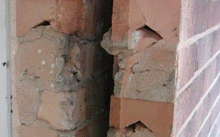 Ruimte tussen binnen en buitenmuur wordt spouw genoemd en werd tot circa 1985 nooit geïsoleerd.