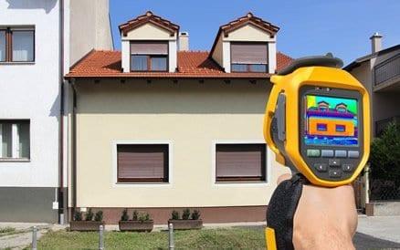 Meeste energieverlies in een woning gaat via niet geïsoleerd dak en gevel aangezien dat de grootste oppervlaktes zijn.